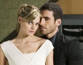 Catalina (Amaia Salamanca) y Duque (Miguel Angel Silvestre), pasan su primera noche juntos, en 'Sin tetas no hay paraíso'