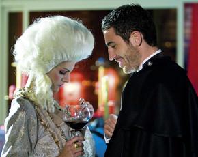 Duque (Miguel Angel Silvestre) utiliza a Catalina (Amaia Salamanca) como coartada, en 'Sin tetas no hay paraíso'