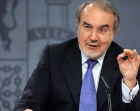 El vicepresidente económico, Pedro Solbes, anunció ayer la aprobación de la rebaja fiscal de 400 euros
