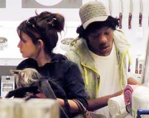 Mónica Cruz, de compras con… ¿un amigo?